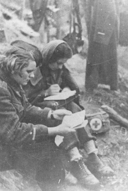 Медсестры партизанского отряда готовятся к сдаче экзамена. Апрель 1942 г.