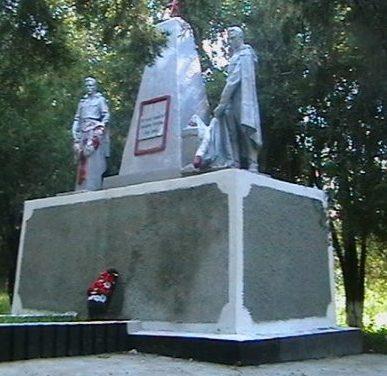 п. Сухореченский Матвеево-Курганского р-на. Памятник, установленный на братской могиле, в которой похоронено более 200 неизвестных воинов, погибших в годы войны.