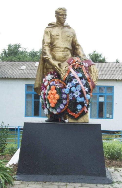 х. Красное Знамя Орловского р-на. Памятник на могиле неизвестного солдата.