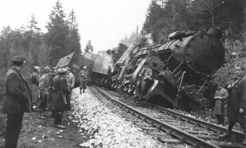 Итальянские солдаты у поезда, пущенного под откос партизанами на перегоне Делнице-Огулин. Июнь 1942 г.