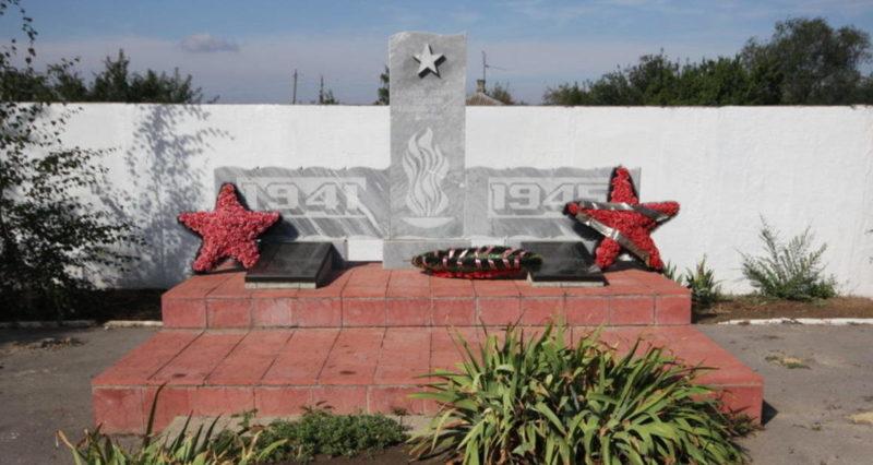 ст-ца. Маркинская Цимлянского р-на. Памятник на месте перезахоронения 132 воинов, погибших в годы войны.