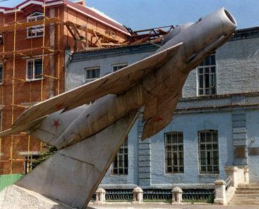 г. Миллерово. Самолёт-памятник, установленный у школы № 2.