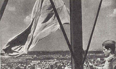 Красное знамя над освобожденным городом. 8 сентября 1943 г.