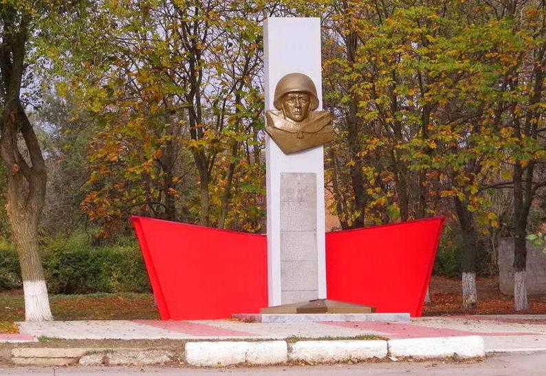п. Саркел Цимлянского р-на. Памятник, установленный на братской могиле, в которой похоронено 13 неизвестных солдат.