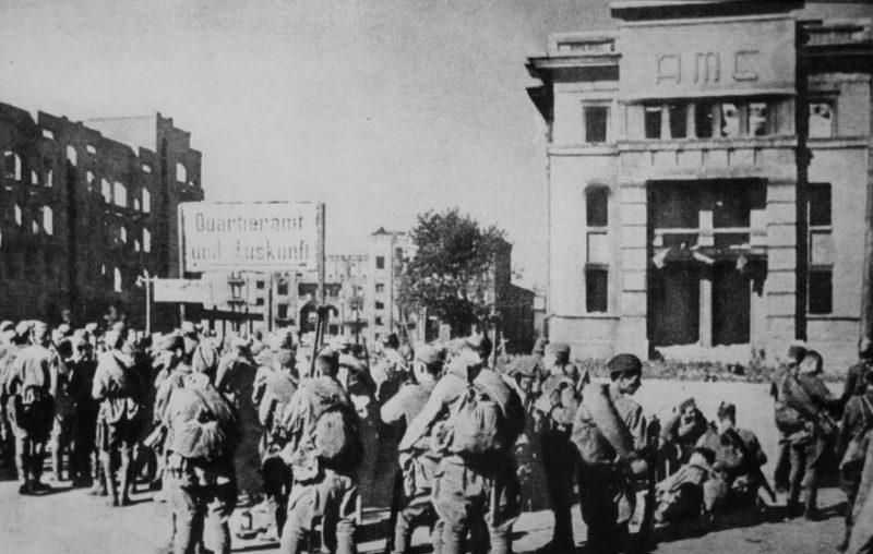 Красная Армия в городе. Сентябрь 1943 г.