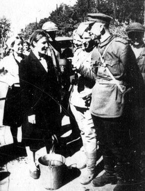 Освободителей угощают водой. Сентябрь 1943 г.
