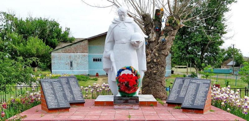 ст-ца. Терновская Цимлянского р-на. Памятник, установленный на братской могиле, в которой похоронено 8 советских воинов, погибших в годы войны. Здесь же увековечены имена погибших земляков.