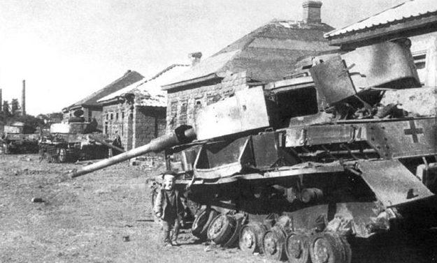 Разбитая немецкая техника на улицах города. Сентябрь 1943 г.