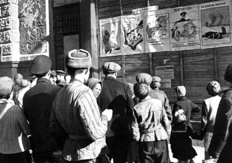 Жители освобождённого города Сталино читают «Окна ТАСС». Сентябрь 1943 г.