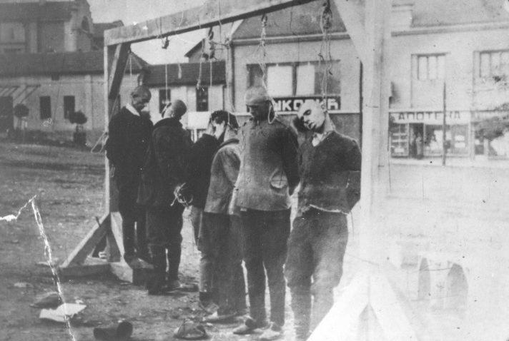 Повешенные партизаны-сербы в городке Бор. 1943 г.