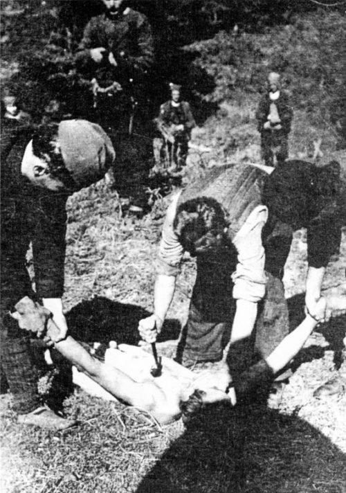 Четники убивают партизан. 1943 г.