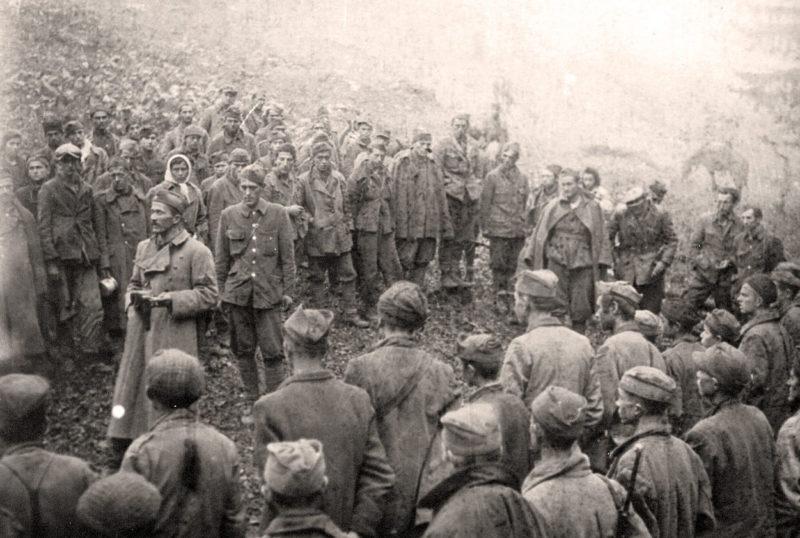 Командир 1-й Пролетарской бригады Данило Лекич с бойцами. Июнь 1943 г.