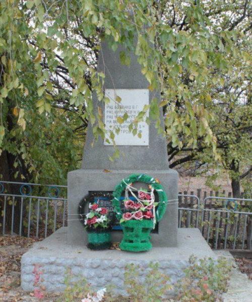 х. Черкасский Цимлянского р-на. Братская могила, в которой захоронено 5 воинов, погибших в январе 1943 года при освобождении хутора от немецко-фашистских захватчиков.