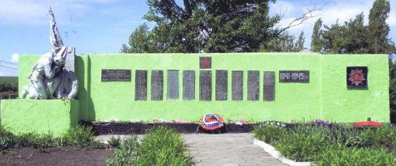 сл. Анно-Ребриковская Чертковского р-на. Памятник был установлен в 1979 году на братской могиле, в которой похоронено 512 советских воинов.