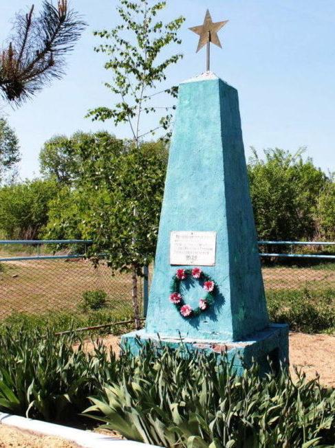 х. Антоновка Милютинского р-на. Братская могила девяти воинов, погибших в боях за хутор в декабре 1942 года.