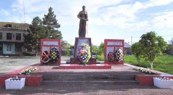 с. Кутейниково Чертковского р-н. Памятник, установленный в 1957 году в честь погибших советских воинов.