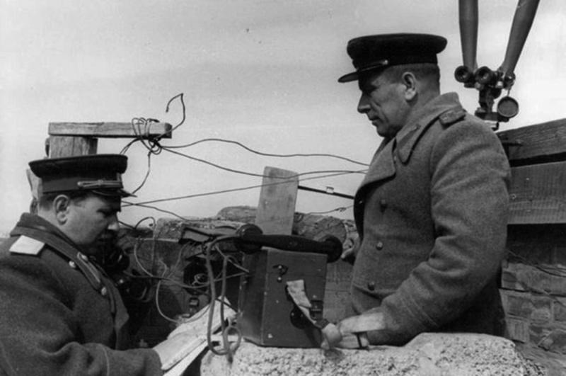 Генерал-майор Козак и полковник Елецков на наблюдательном пункте в Австрии. 1945 г.