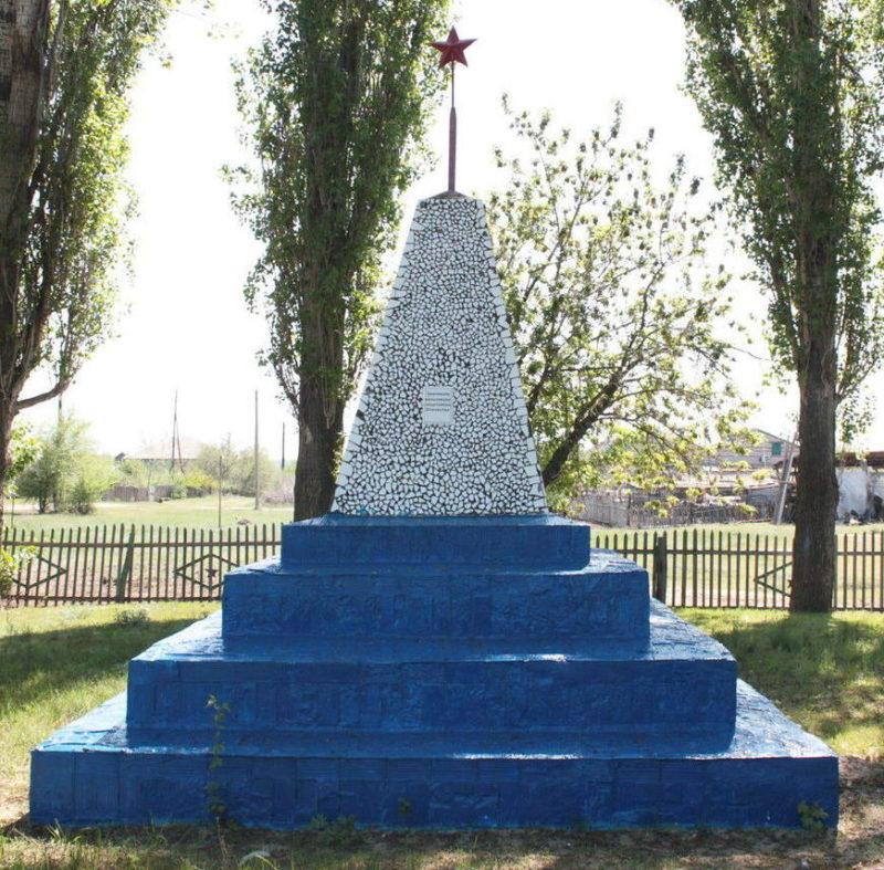 сл. Маньково-Берёзовская Милютинского р-на. Обелиск землякам, павшим в годы войны.