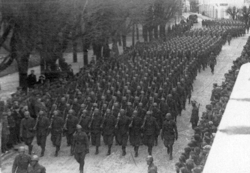 Парад итальянской армии в Госпиче. 1943 г.