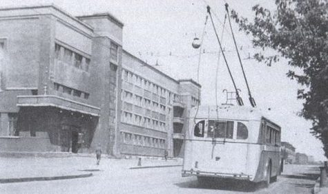 Вновь пущен троллейбус. 1944 г.