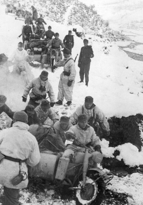 Мотоциклисты горной дивизии СС «Принц Ойген» в боснийских горах. Декабрь 1943 г.