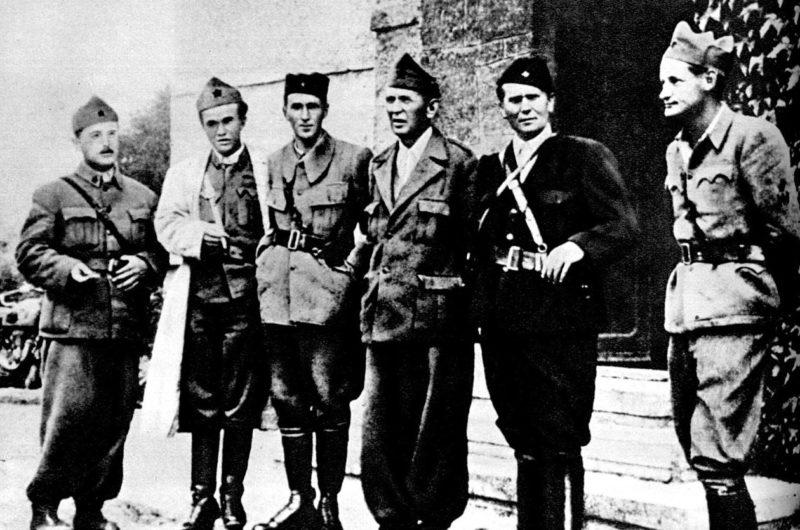 Маршал Броз Тито (второй справа) среди офицеров. 1943 г.