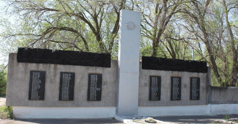 х. Нижнепетровский Милютинского р-на. Памятник, установленный на братской могиле, в которой похоронено 19 советских воинов.