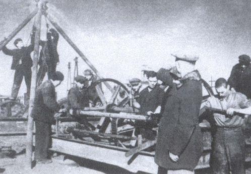 Монтаж электроподъемника на восстанавливаемой шахте. 1944 г.