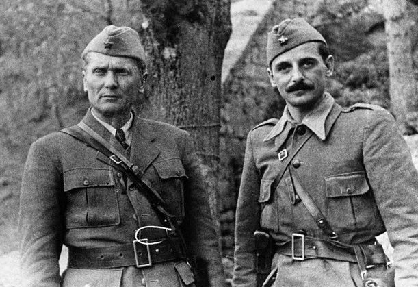 Партизанский лидер маршал Иосип Броз Тито и генерал Коча Попович. Дрвар, 1943 г.