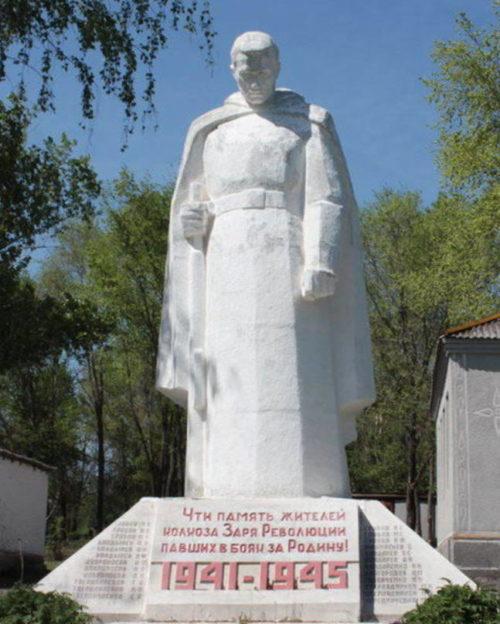 х. Николовка Милютинского р-на. Памятник, установленный на братской могиле, в которой похоронено 8 советских воинов.