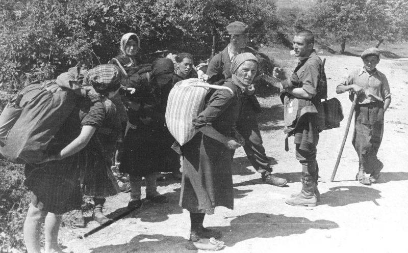 Хорватские фермеры несут соль для словенских партизан. 1944 г.