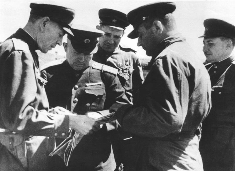 Генералы: П.В. Лагутин, Н.С. Хрущев и А.Г. Кравченко у карты на Курской дуге. 1943 г.