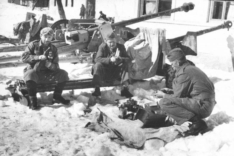 Партизанские оружейники в деревне Гацко. 1944 г.