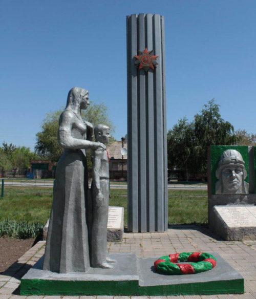Памятник и стела мемориала.