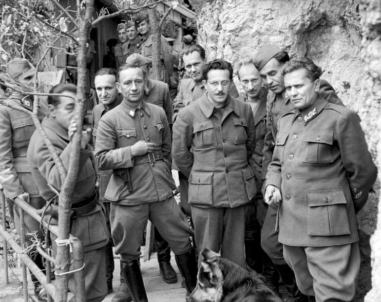 Маршал Тито (справа) среди офицеров. Май 1944 г.