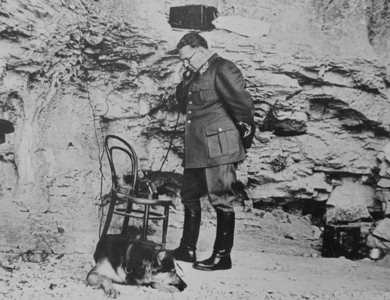 Броз Тито с телефоном в пещере Верховного штаба НОАЮ вблизи города Дрвар. 1944 г.