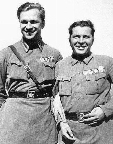 Полковник А.Гусев и командир 22-го ИАП майор Г.Кравченко. 1939 г.