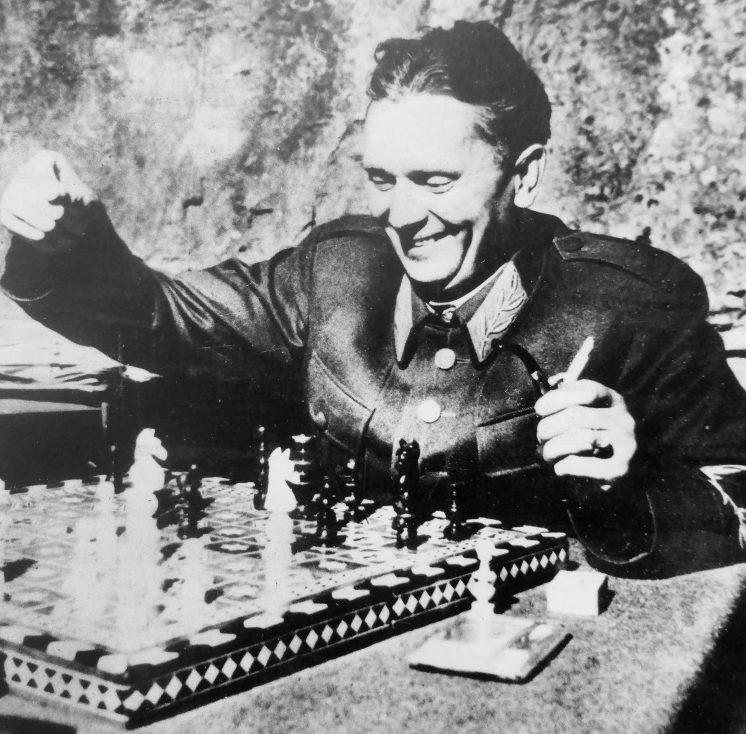 Броз Тито за шахматной доской. 1944 г.