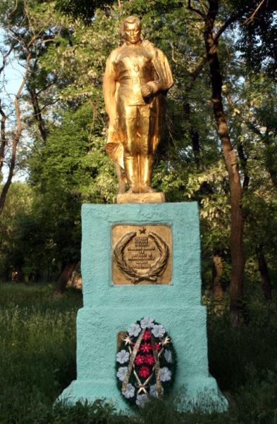 г. Шахты. Памятник советским воинам, установленный у входа в здание Артемовского музея.