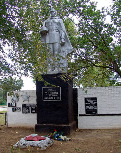 х. Степано-Савченский Милютинского р-на. Памятник, установленный на братской могиле, в которой похоронено 14 воинов, погибших при освобождении хутора в декабре 1942 года.