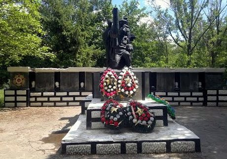 г. Шахты. Мемориал в парке поселка бывшей шахты «Нежданная». В центре мемориала расположен памятник на братской могиле, в которой похоронено 8 воинов.