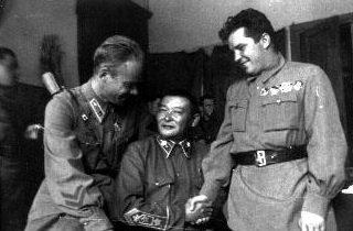 Маршал МНР Х.Чойбалсан (в центре) и Герои Советского Союза, летчики С.И. Грицевец (слева) и Г.П. Кравченко. 1939 г.