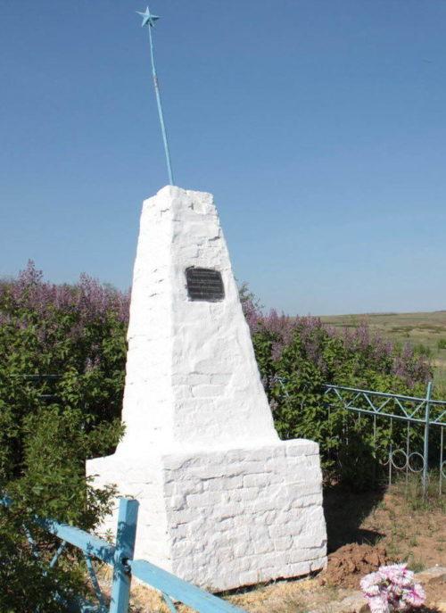 х. Терновой Милютинского р-на. Братская могила воинов на кладбище.