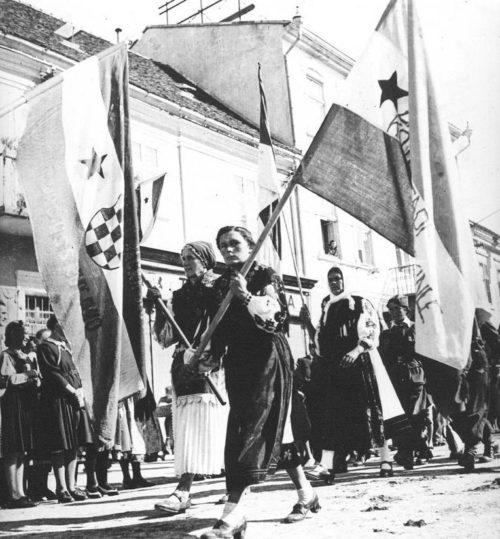 Женщины-партизаны на митинге в Пожеге. Хорватия, сентябрь 1944 г.