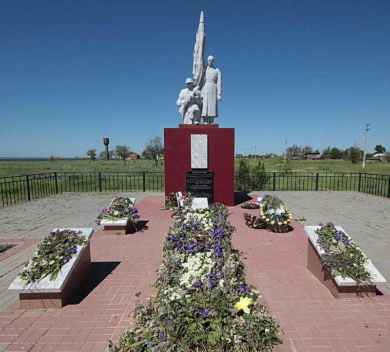 х. Дальний Пролетарского р-на. Памятник, установленный у братских могил советских воинов.