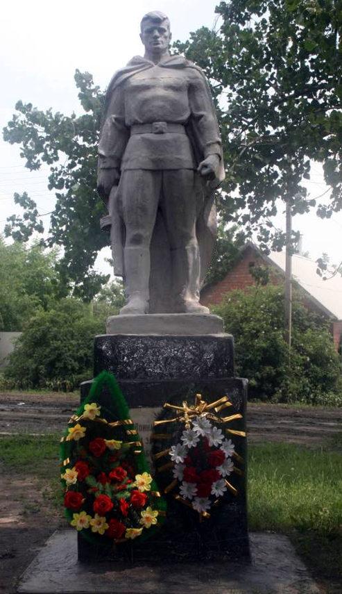 п. Интернациональный г. Шахты. Памятник советским воинам.