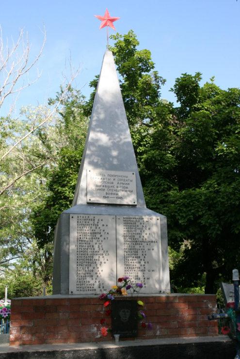 п. Каменоломни г. Шахты. Памятник на братской могиле солдат и офицеров Красной Армии, похороненных на кладбище поселка.