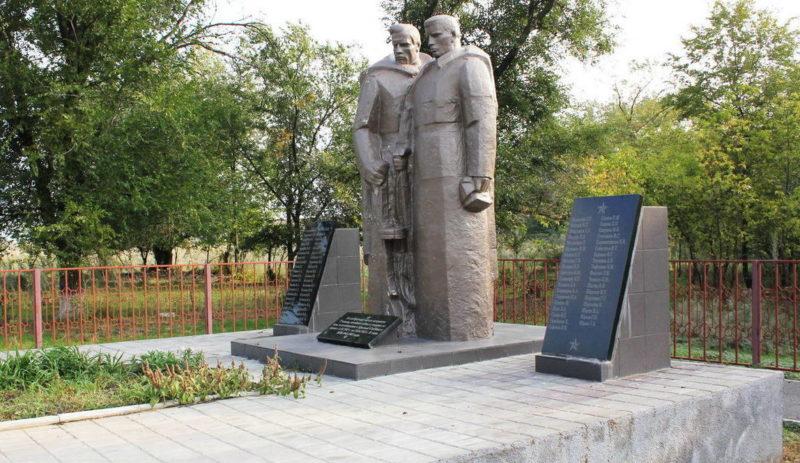 х. Красный Скотовод Пролетарского р-на. Памятник, установленный на братской могиле, в которой похоронено 87 советских воинов, погибших и умерших от ран в январе 1943 года.