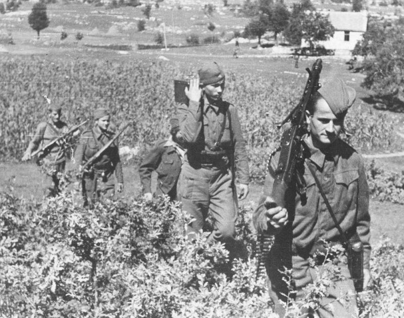 Бойцы 2-й Далматинской бригады с пулемётом MG 42 во время боёв за Никшич. 1944 г.