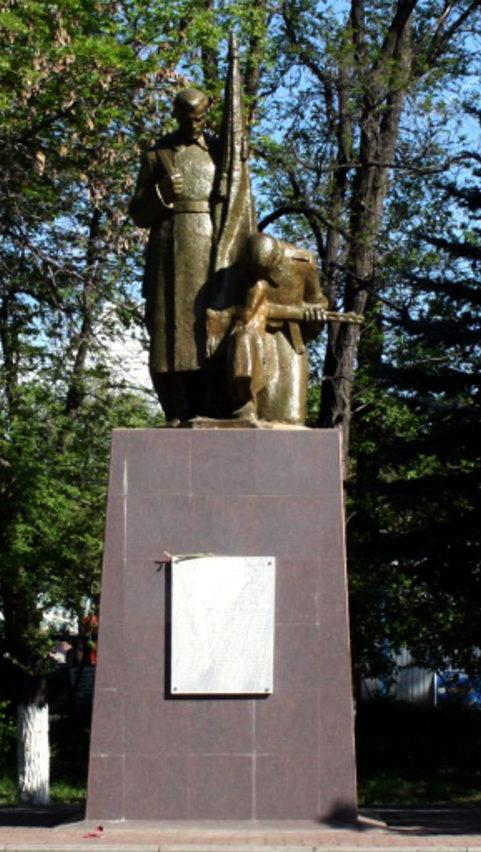 п. Каменоломни г. Шахты. Памятник около здания ДК, установленный на братской могиле советских воинов.